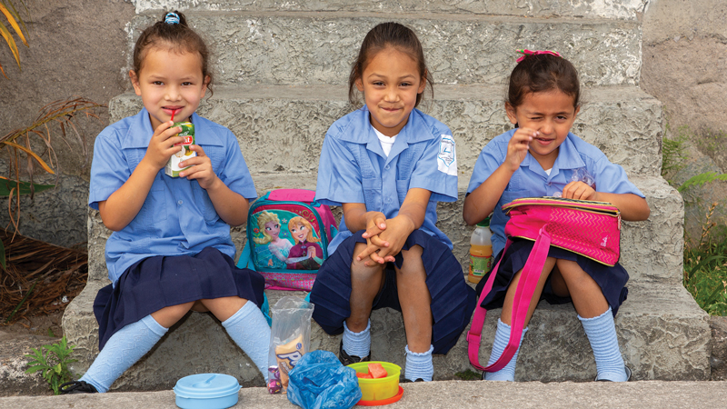 3 little girls eating lunch